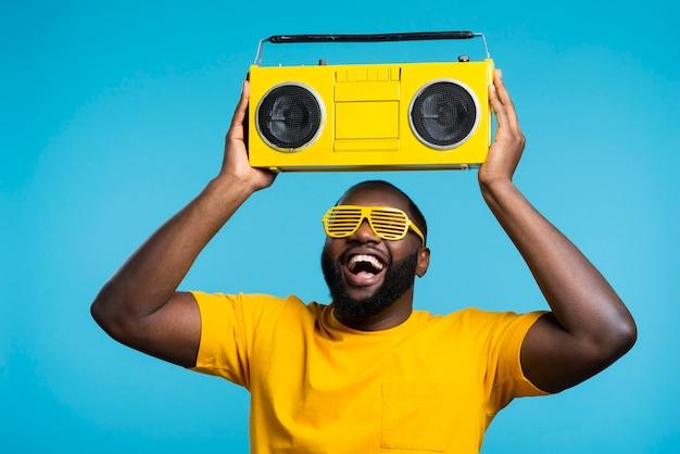 Cara ouvindo música em cassete Foto Premium