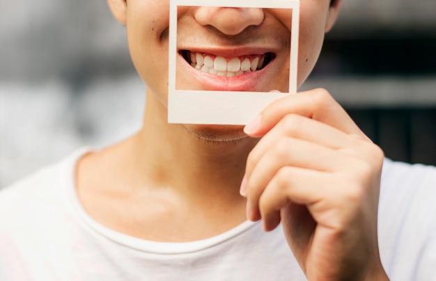 Cara segurando uma foto frame sorrindo Foto Premium