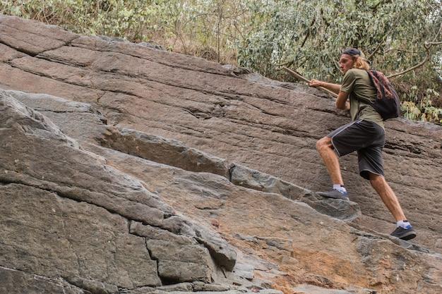 Cara sobe nas rochas Foto gratuita