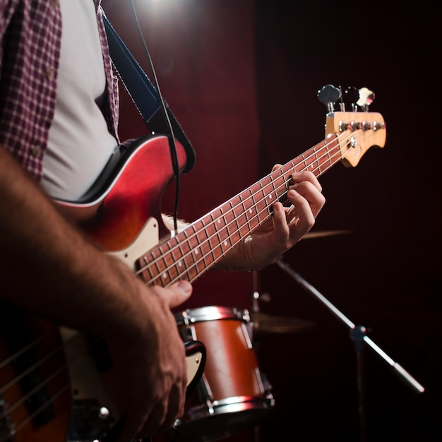 Cara tocando guitarra elétrica e em pé Foto gratuita
