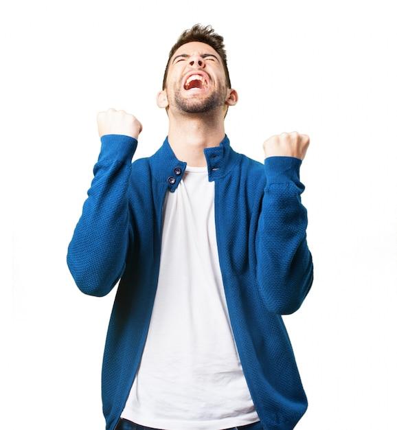 Cara triumph em um casaco azul Foto gratuita