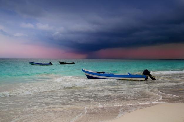 Caraíbas antes do barco da praia do furacão da tempestade tropical Foto Premium