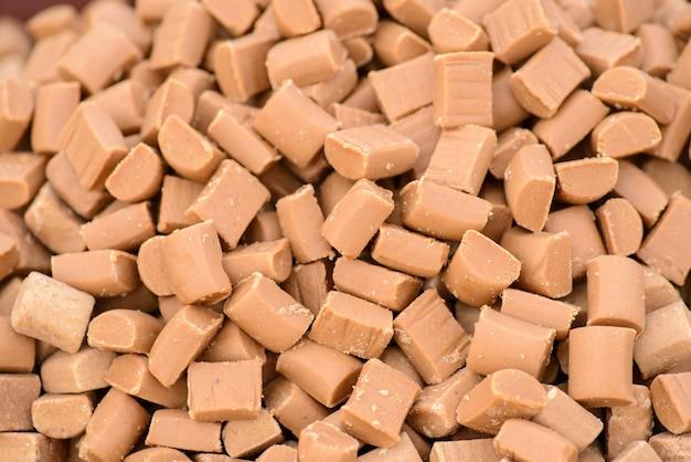 Caramelos de caramelo dourado Foto Premium