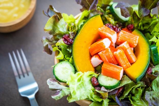 Carangueijo, varas, carne, com, fresco, vegetal, salada Foto gratuita