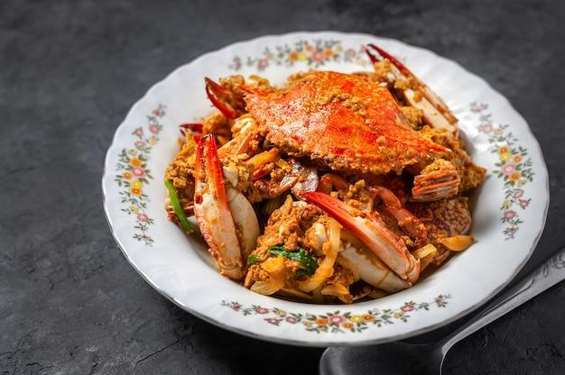 Caranguejo frito com caril em pó, comida tailandesa Foto Premium