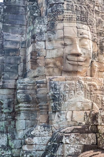 Caras de pedra no templo de angkor thom, turismo de camboja. Foto Premium