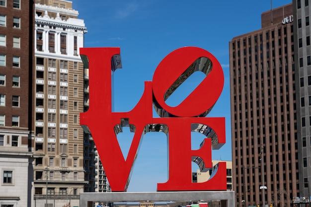 Caráter do parque do amor do close up sobre a construção moderna em philadelphfia. eua Foto Premium