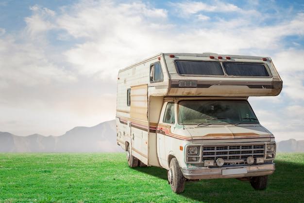 Caravana do vintage ao ar livre Foto gratuita