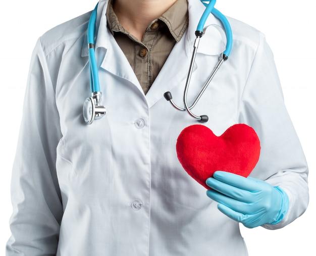 Cardiologista feminina de uniforme segurando coração vermelho isolada no branco Foto Premium