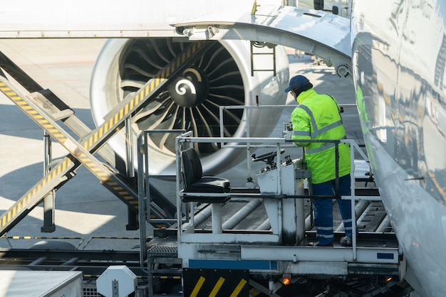 Carga homem na carga de carga de plataforma de carregamento de carga para aeronaves de carga. Foto Premium