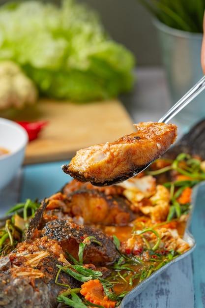 Caril azedo com peixe snakehead, hot pot picante de jardim, comida tailandesa. Foto gratuita