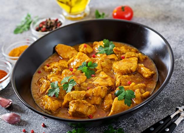 Caril com frango e cebola. comida indiana. cozinha asiática. Foto gratuita