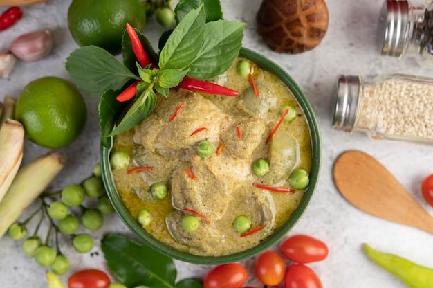 Caril de frango verde em uma tigela. Foto gratuita