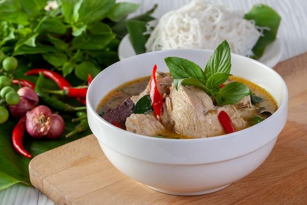 Caril verde com frango no fundo de madeira, cozinha tailandesa Foto Premium