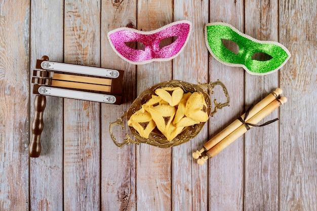 Carnaval com máscara e barulho hamantaschen cookies purim feriado judaico Foto Premium
