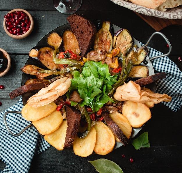 Carne batata legumes cozidos em carvão Foto gratuita