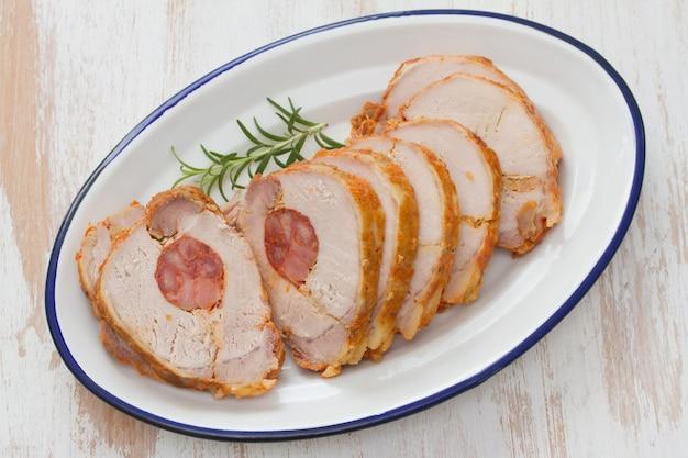 Carne com linguiça defumada no prato branco Foto Premium