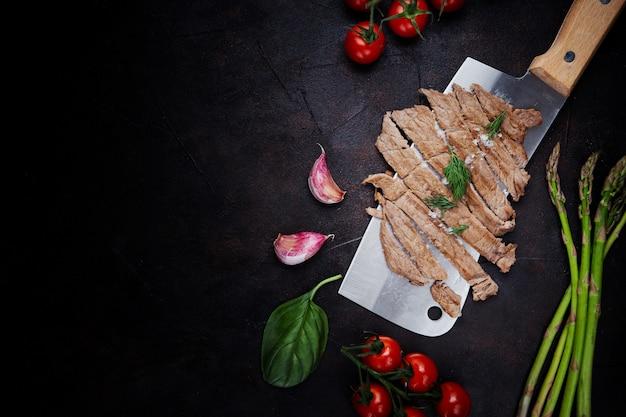 Carne cortada na hora Foto gratuita