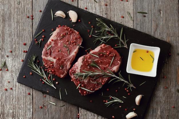 Carne crua com ervas e especiarias Foto gratuita