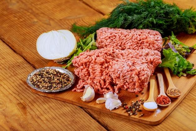 Carne crua fresca em um papel na mesa de madeira rústica Foto Premium