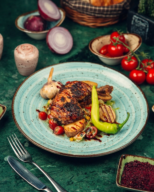 Carne de frango grelhado com molho barbecue Foto gratuita
