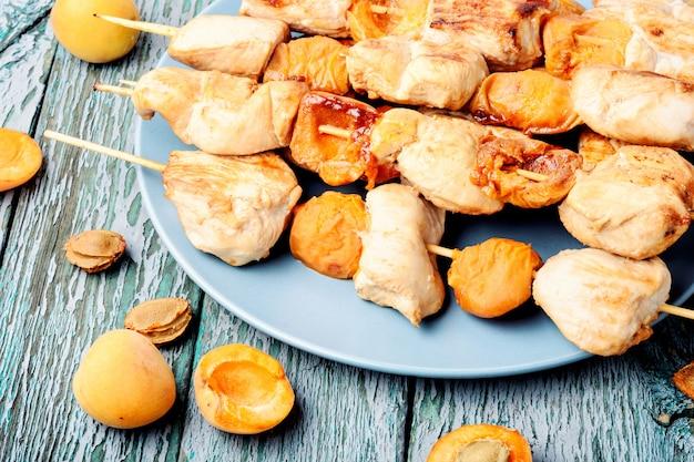 Carne de peru churrasco em espetos de madeira Foto Premium