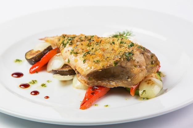 Carne de porco com legumes Foto gratuita