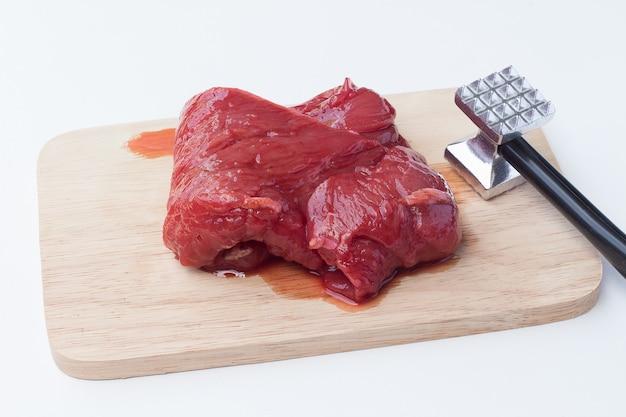 Carne de porco crua e martelo de carne Foto Premium