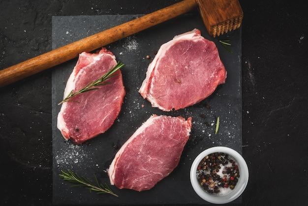 Carne de porco crua fresca, bifes Foto Premium