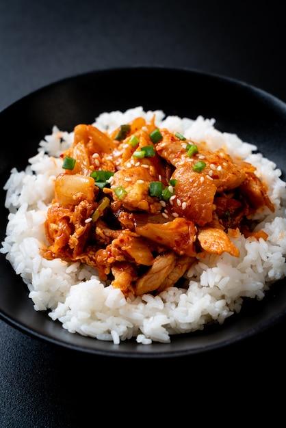 Carne de porco frita com kimchi no arroz coberto Foto Premium