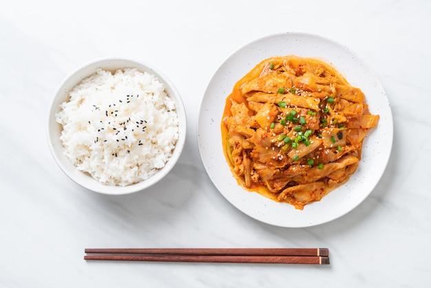 Carne de porco frita com kimchi Foto Premium