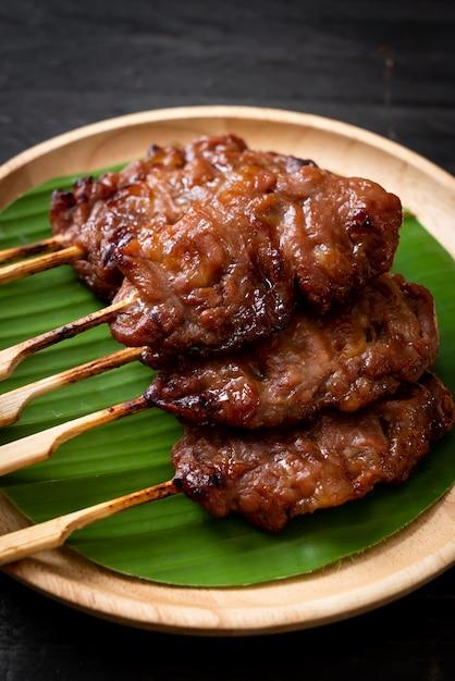 Carne de porco no espeto grelhado com arroz branco Foto Premium