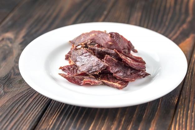 Carne de vaca seca no prato branco Foto Premium