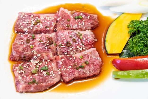Carne de wagyu de yakiniku japonesa Foto Premium