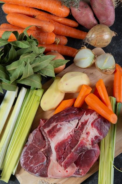 Carne e legumes para preparação de francês pote au feu Foto Premium