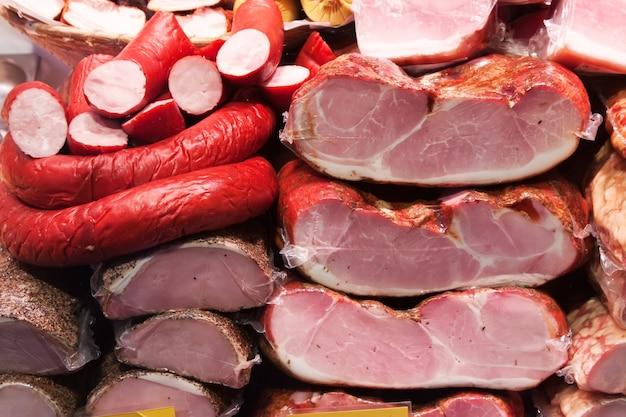 Carne e salsichas no mercado Foto gratuita