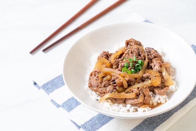 Carne fatiada com arroz coberto (gyuu-don) Foto Premium