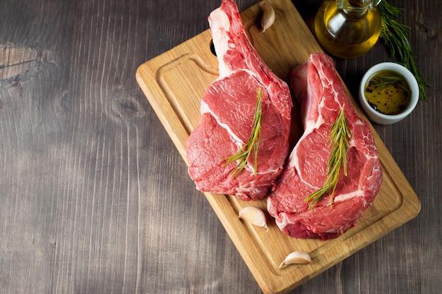 Carne fresca crua com alecrim Foto Premium