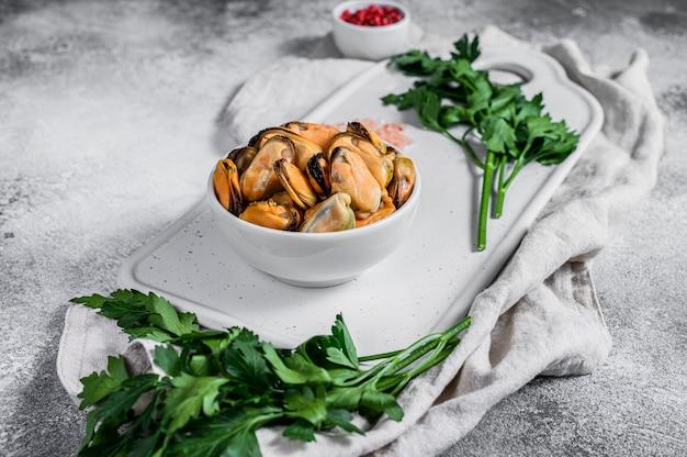 Carne fresca de mexilhão cru em uma tábua. marisco saudável. Foto Premium