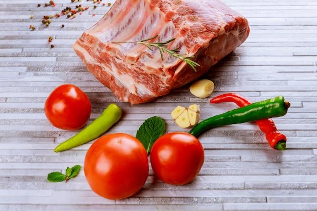 Carne fresca e crua. costeletas de porco crus prontas para grelhar e churrasco Foto Premium