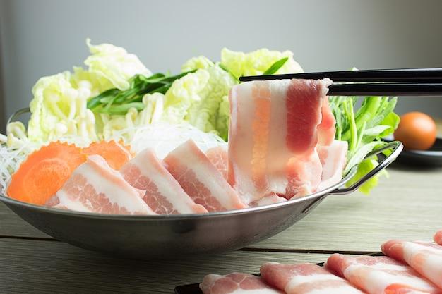 Carne fresca e fatias de carne de porco para sukiyaki Foto Premium