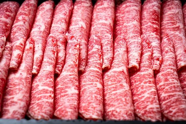 Carne fresca em fatias com mármore Foto Premium