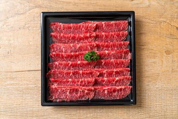 Carne fresca em fatias com textura marmorizada Foto Premium