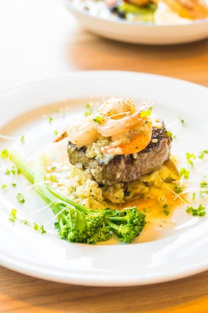 Carne grelhada e camarão ou bife de camarão Foto gratuita