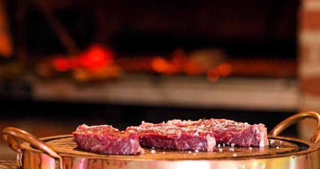 Carne picanha em fogo brasil delicioso Foto Premium