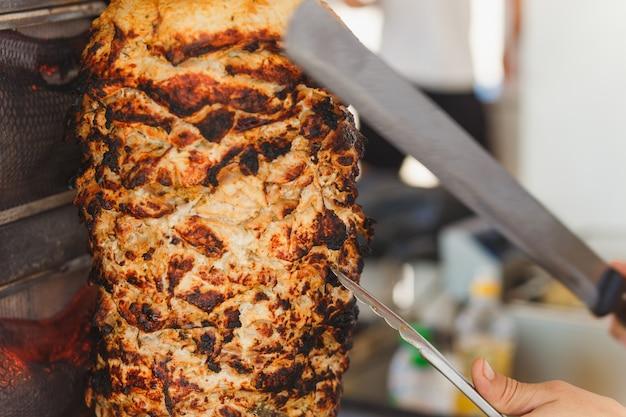 Carne shawarma sendo cortada Foto Premium