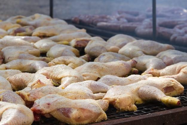 Carne tradicional grelhada na grelha no campo argentino Foto Premium