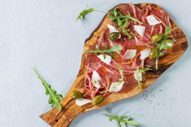 Carpaccio de carne com alcaparras Foto Premium