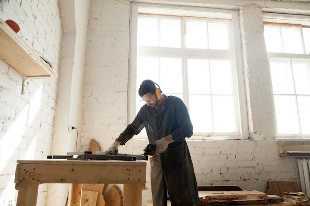 Carpenter trabalha na fabricação de móveis personalizados Foto gratuita