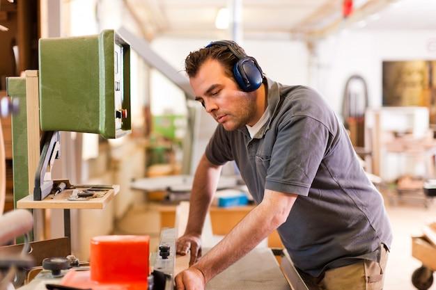 Carpinteiro com cortador elétrico Foto Premium